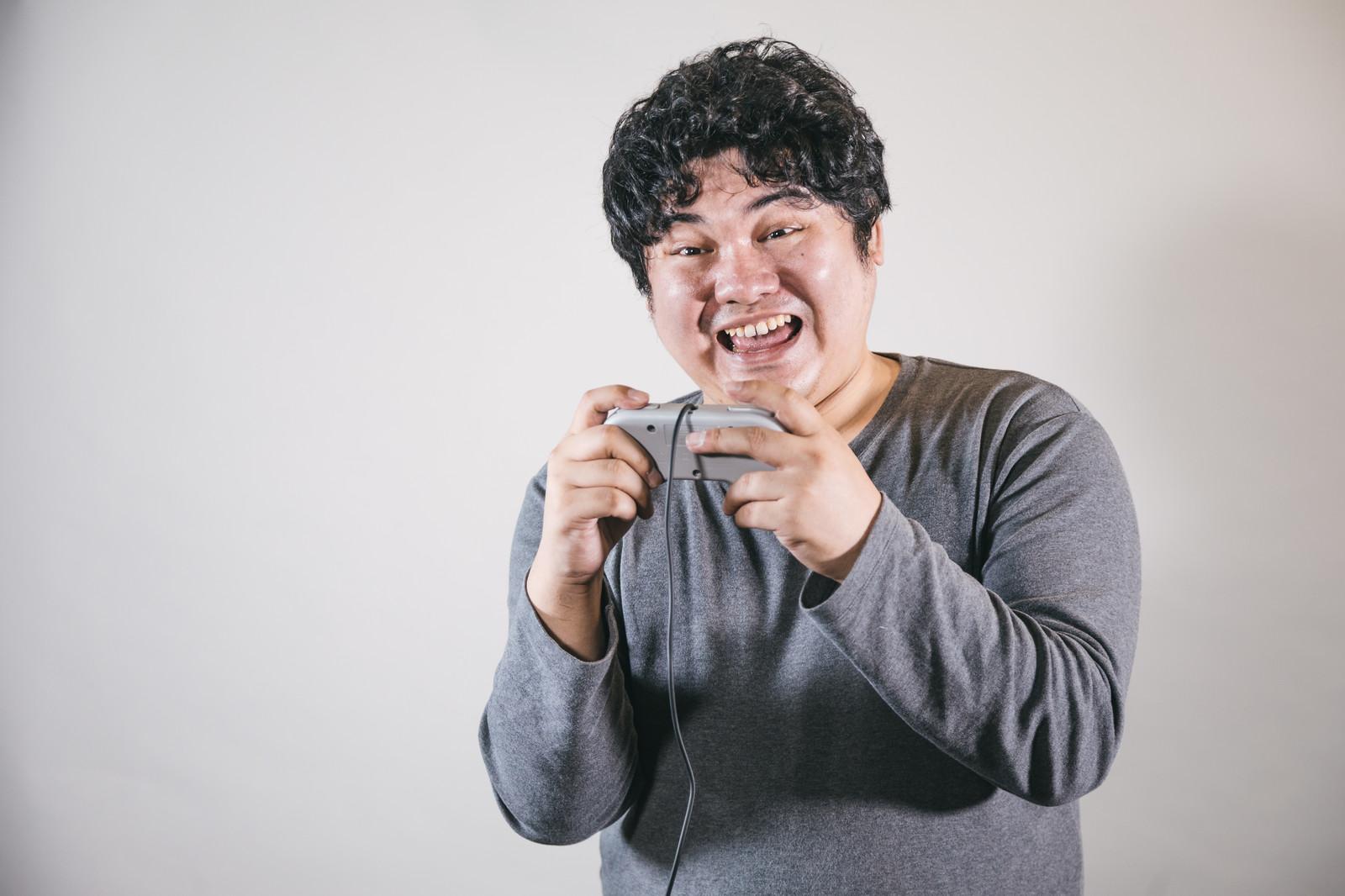 ゲームのコントローラーを持つ男性