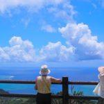二人の女性と風景
