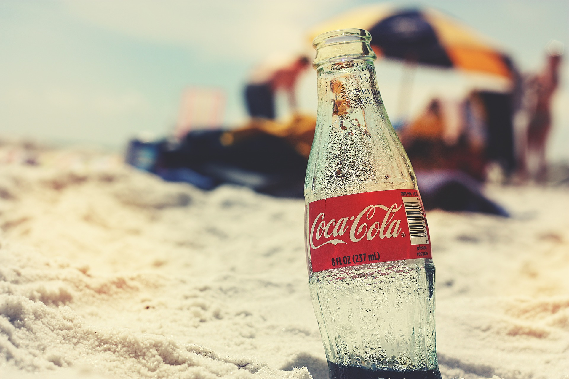 浜辺でコーラ