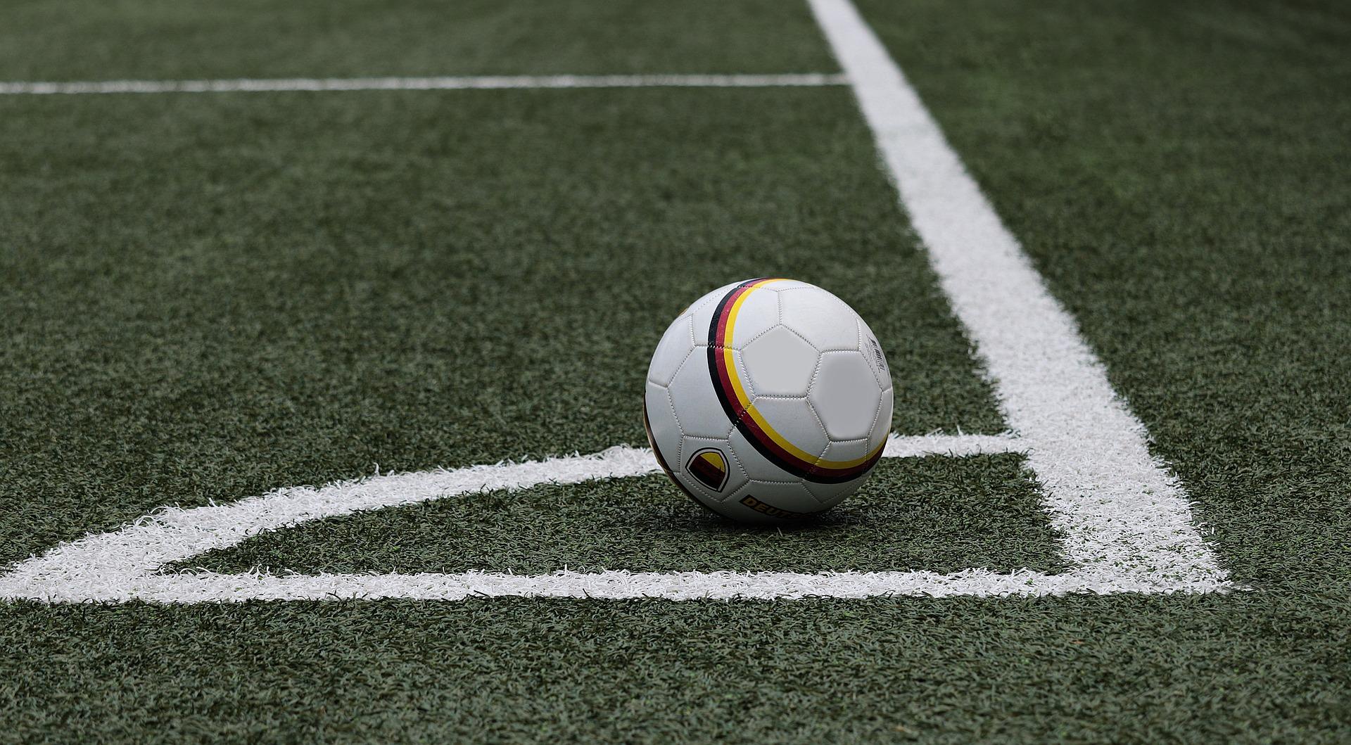 サッカーボールとグランド