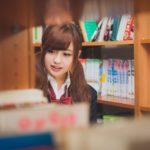 図書館にいる女子高生