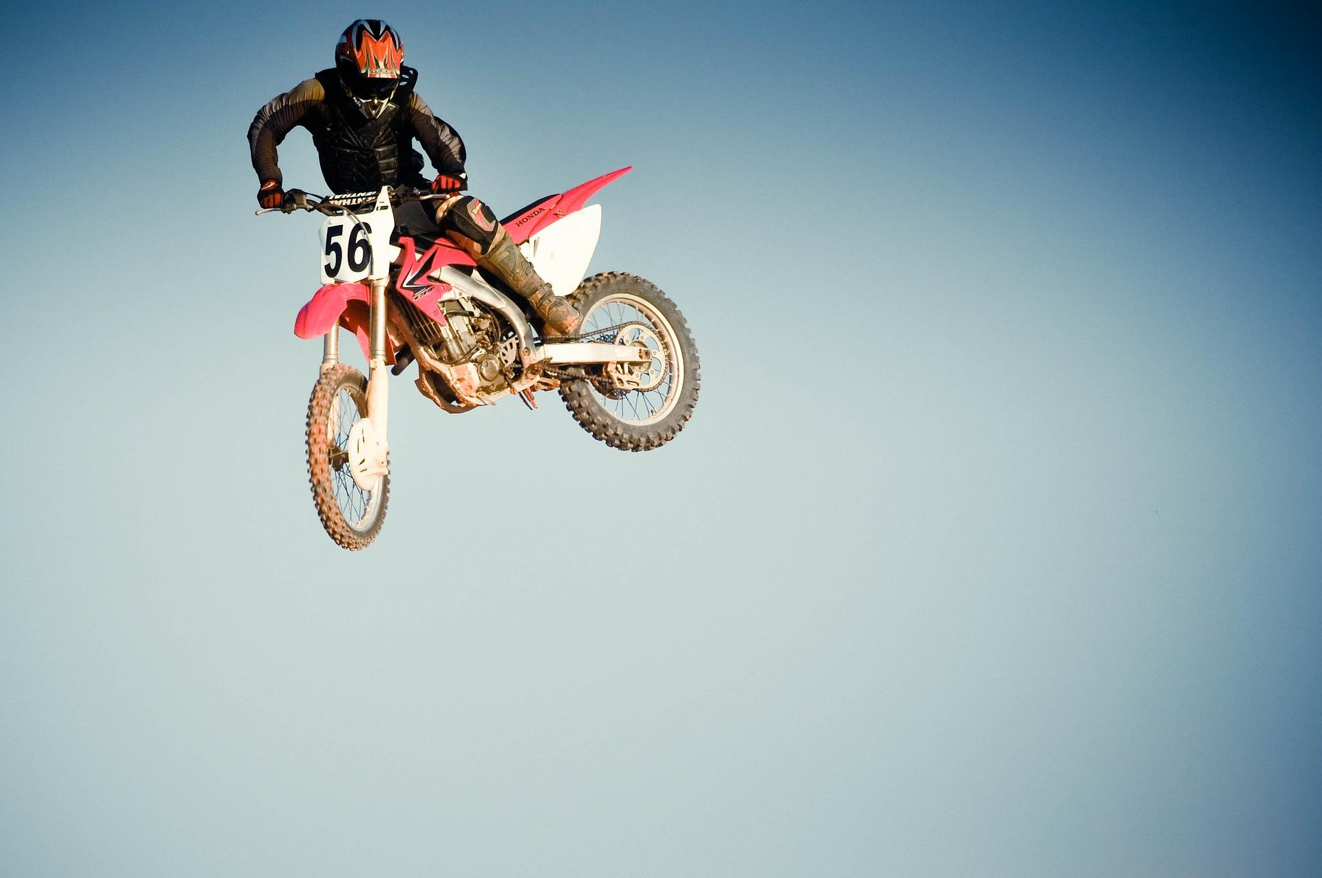 ジャンプするバイク