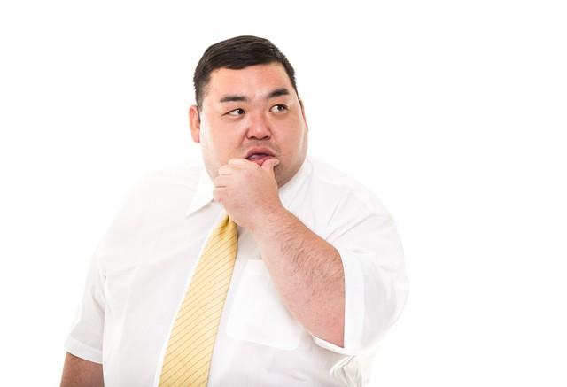 ネクタイをつけている男性